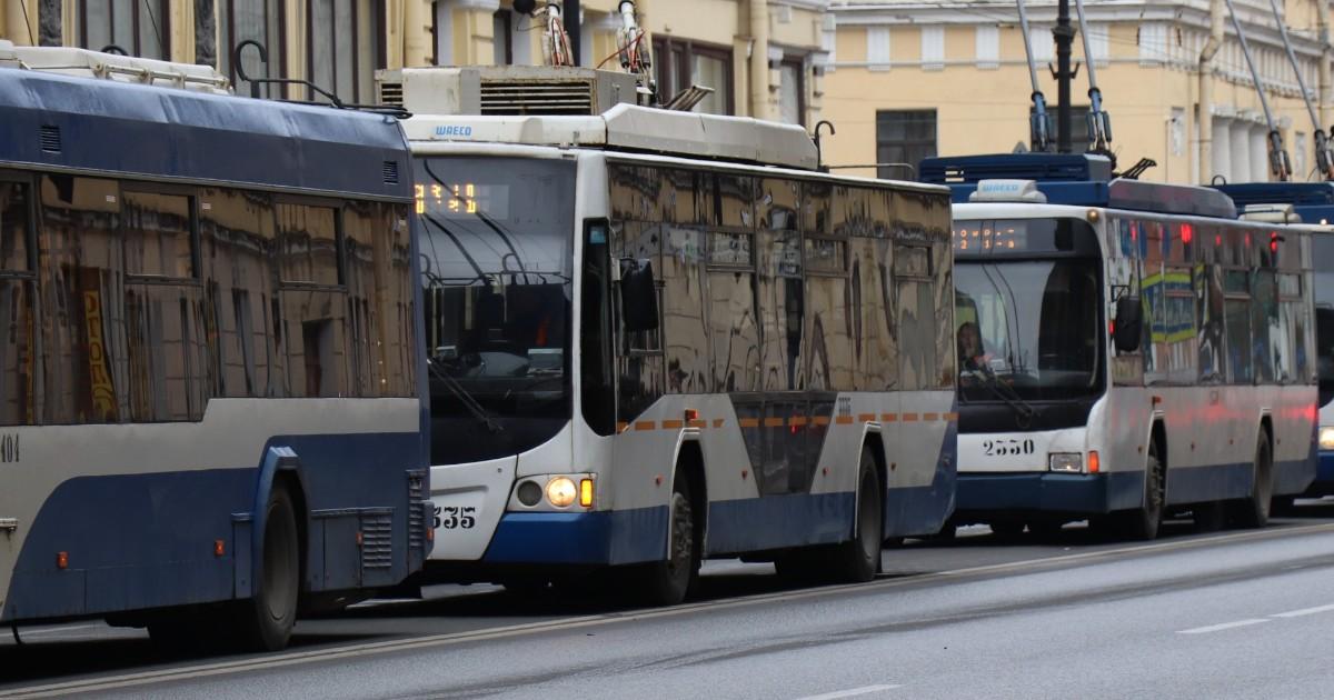 Иркутяне толкали троллейбус на проезжей части, чтобы вернуть его на маршрут