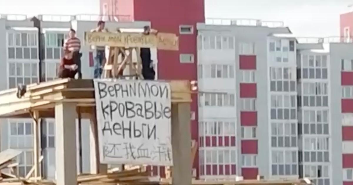 Иностранные строители устроили забастовку в Иркутске из-за долгов по зарплате.