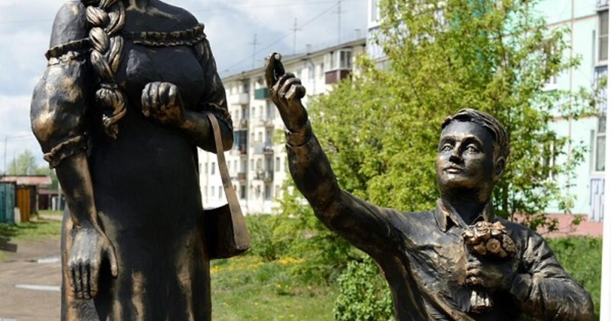 Скульптуру матери-одиночки у ЗАГСа в Черемхово заменили на влюбленных