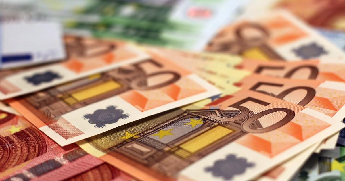 Жительница Иркутской области отдала аферисту с сайта знакомств 1,6 млн рублей, чтобы получить чемодан с евро