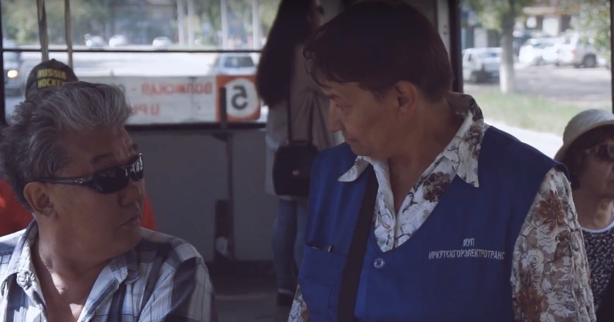 «Поющий кондуктор» из иркутского трамвая снялась в клипе на собственную песню.