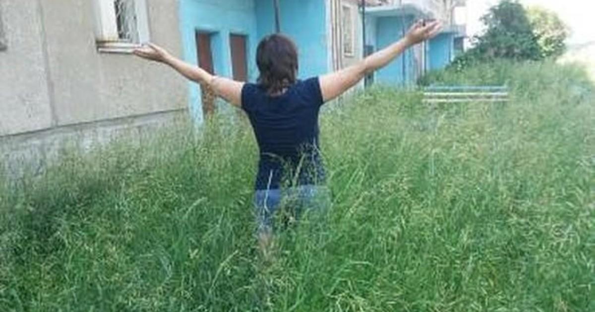 Жители ангарской многоэтажки пожаловались на заросли травы вокруг дома