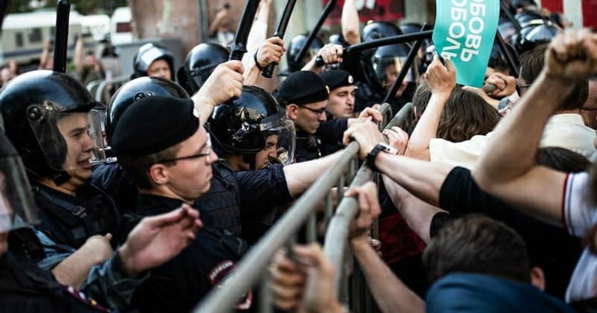 Сенатор от Иркутской области, основавший ОМОН Бурятии, осудил разгоны акций протеста в Москве.