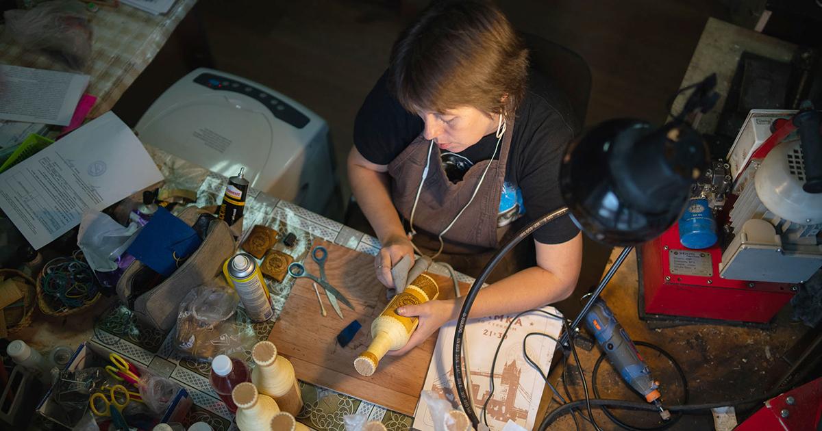«Берестяная грамота»: какиркутский предприниматель открыл мастерскую попроизводству берестяных изделий