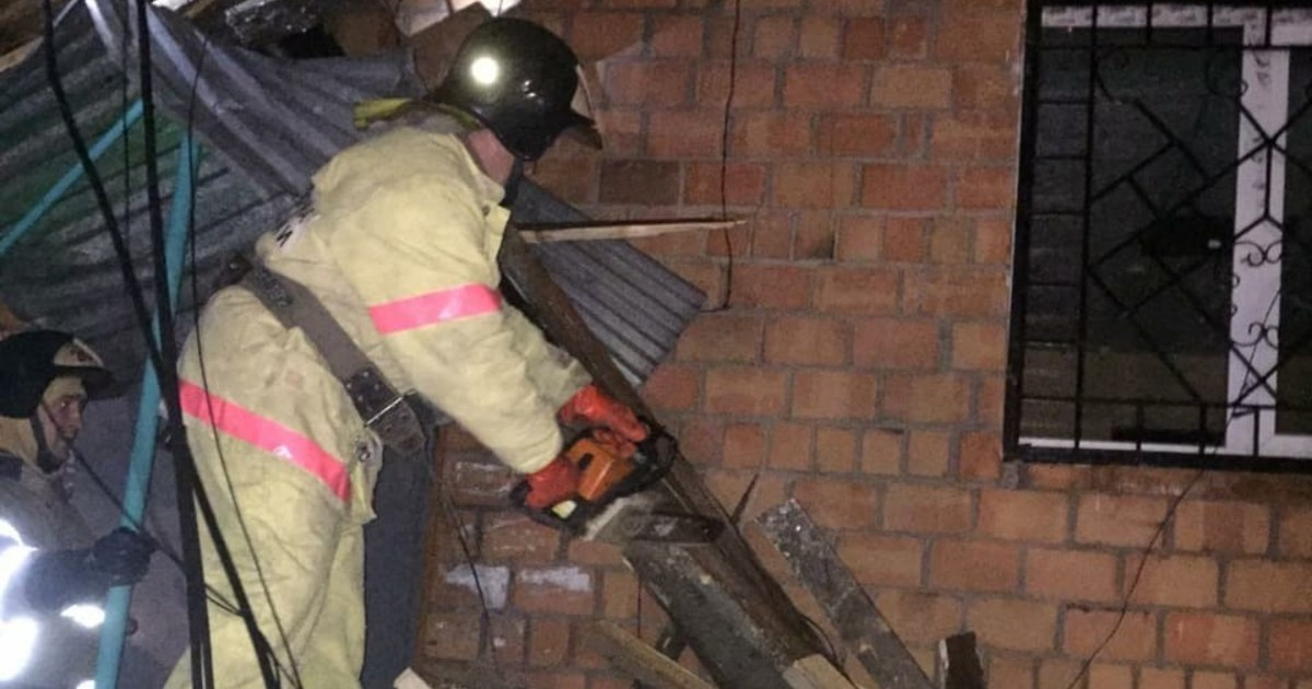 В Иркутской области из-за ветра остались без света 35 населенных пунктов. В Тулуне сорвало кровлю пятиэтажки.