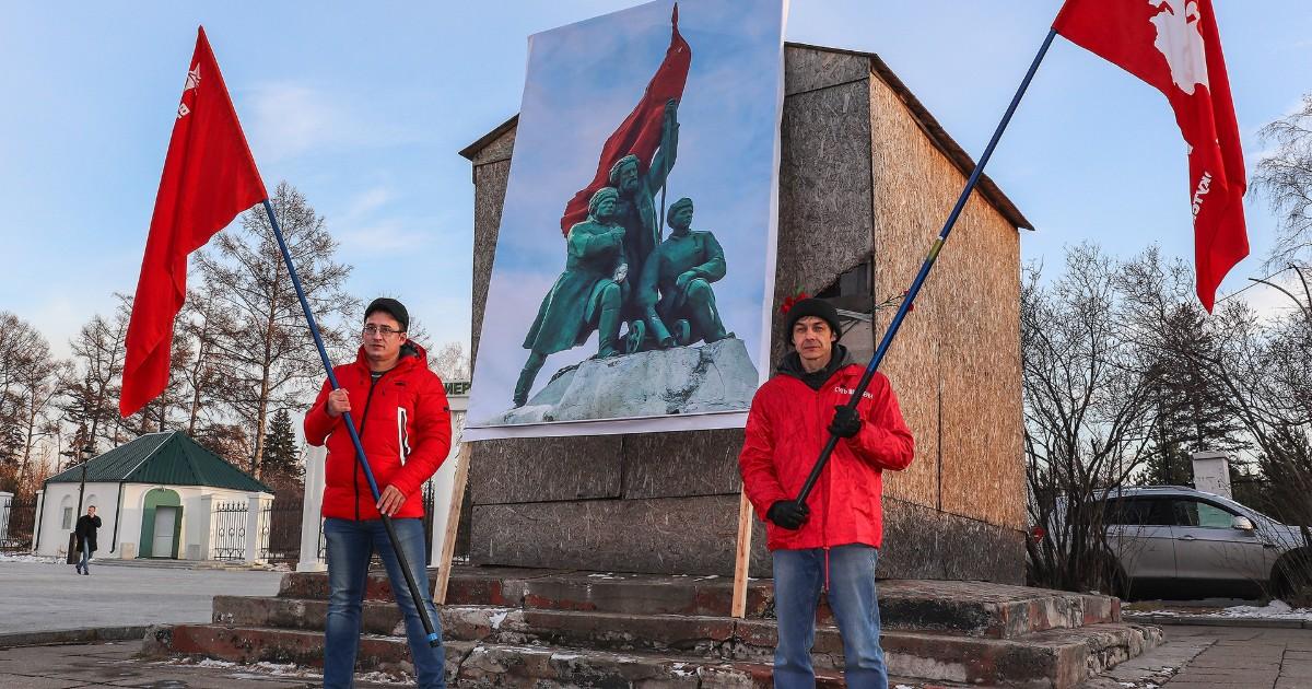 Иркутские активисты вышли на пикет за восстановление памятника борцам революции - Верблюд в огне