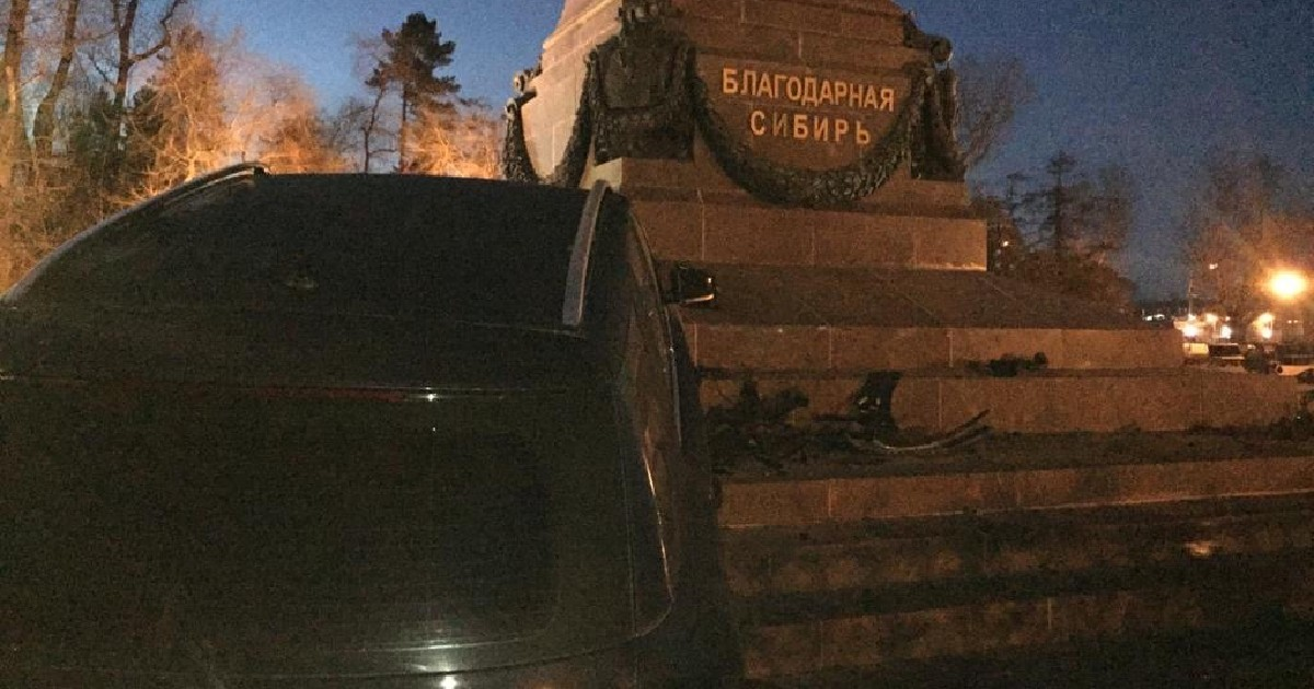 Чиновник, въехавший в памятник Александру III, оплатил восстановление ограды вокруг монумента