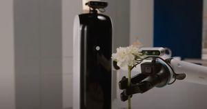 Samsung представила робота-дворецкого: он может убирать белье и сервировать стол