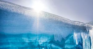 МЧС предупредило о трещинах во льду в туристических местах Байкала