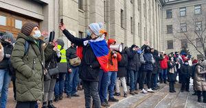 В России ужесточили наказания за нарушения на митингах - Верблюд в огне