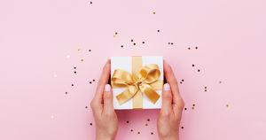 Инструкция: как этично поздравлять женщин с 8 Марта и что им дарить. 18+