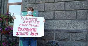 «Услышьте жителей Академгородка!»: иркутянин вышел с пикетом к мэрии