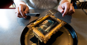 Торт-картина, тающая полусфера и другие необычные десерты в иркутских ресторанах - Верблюд в огне